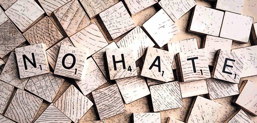 """Scribble-Steine zeigen den Begriff """"No Hate"""""""