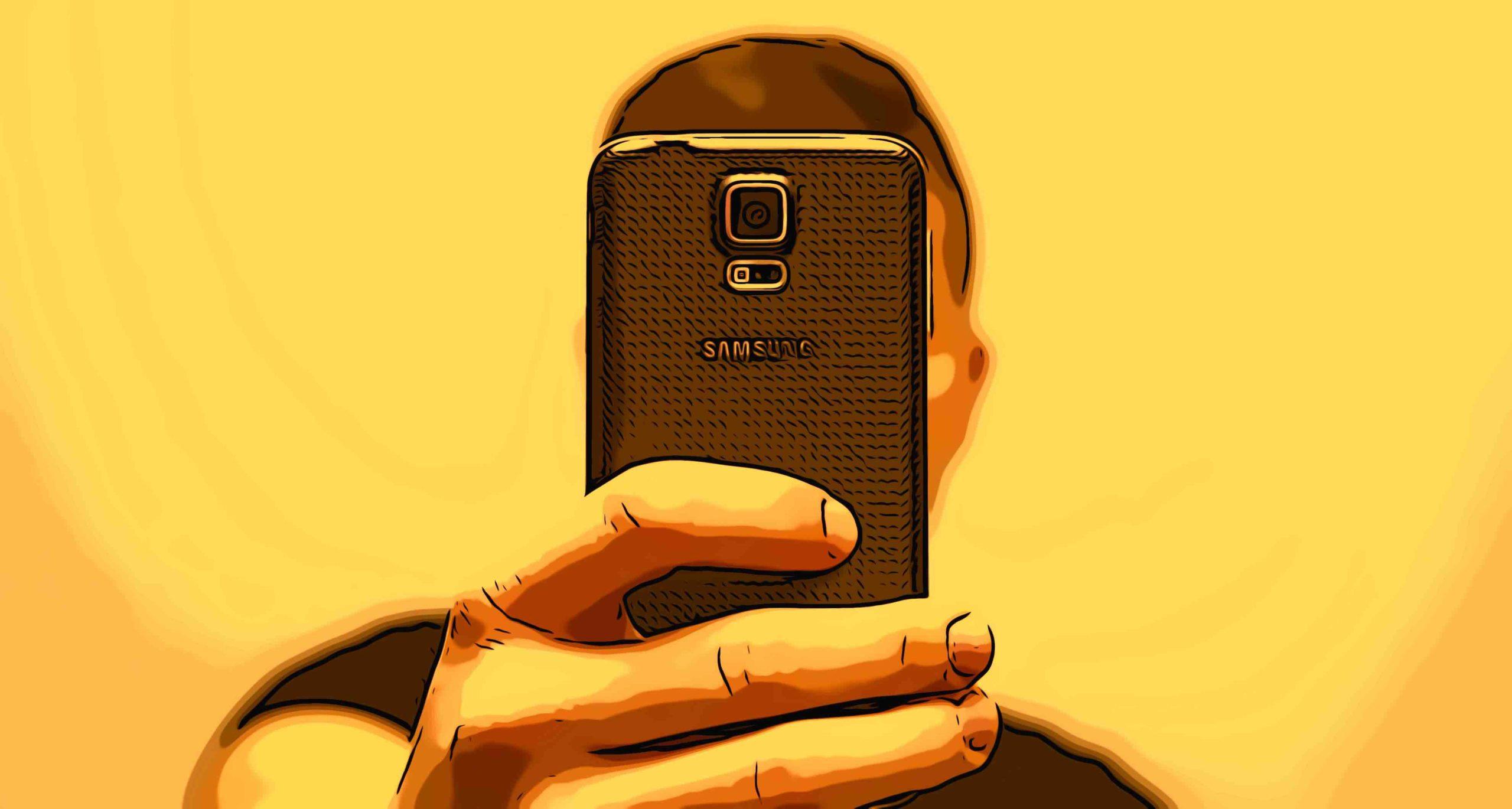 Junger Mann verdeckt sein Gesicht mit dem Smartphone beim Schießen eines Selfies